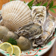 1 Fresh Scallop, 3 Oysters, 3 Clams, 1 Large Asari Clam Assortment of Shellfish: ¥3,000